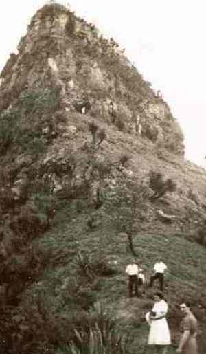 Heading to the summit of Mount Cordeaux, circa 1940– 50s. Photo: Queensland Government.